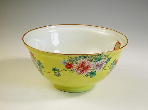清 乾隆款黃釉粉彩花卉大碗