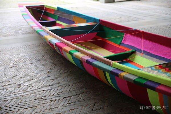 用毛线包裹西湖上的一艘船是什么效果?