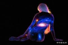 荧光彩绘:人体化作银河系