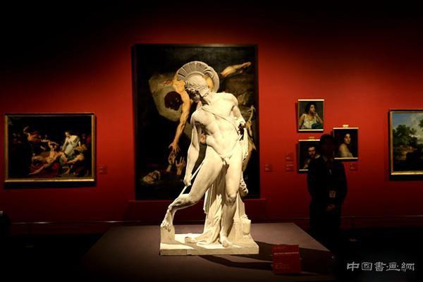 先生(左)与观众观看雕塑作品   庞贝红:巴黎国立高等美术学院—&